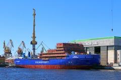 一艘新的破冰船LK-25的建筑 库存图片