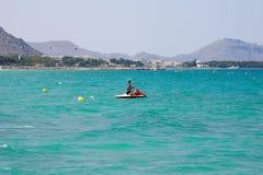 一艘明轮船的三个夫人在假日期间在Alcudia咆哮,马略卡 免版税图库摄影