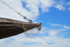 一艘木船的弓有一个捕鱼网的 免版税库存图片