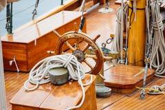 一艘木船的方向盘 免版税库存图片