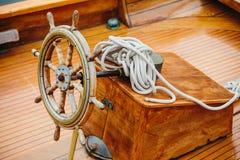 一艘木船的方向盘 免版税图库摄影