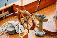 一艘木船的方向盘 库存照片
