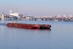 一艘桥梁和驳船在Dnieper,基辅,乌克兰 库存图片
