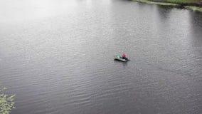 一艘橡皮艇的一位渔夫在河游泳 影视素材