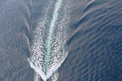 一艘汽艇的足迹在水的 免版税库存图片