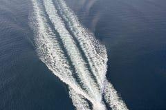 一艘汽艇的足迹在水的 免版税库存照片