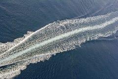 一艘汽艇的足迹在水的 库存照片