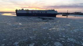 一艘汽车车载体船的空中录影在冻特拉华河费城的 影视素材