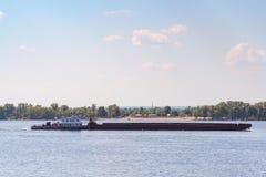 一艘沿伏尔加河的被装载的驳船风帆 免版税图库摄影