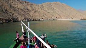 一艘游船的人们在Musandam半岛附近海岸在阿曼 影视素材