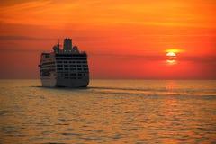 一艘游轮的剪影在日落的 免版税库存图片