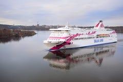 一艘游轮的图象在斯德哥尔摩附近的 免版税图库摄影