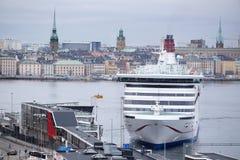 一艘游轮的图象在斯德哥尔摩附近的 免版税库存照片