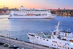 一艘游轮的图象在斯德哥尔摩,瑞典附近的 库存照片