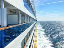 一艘游轮的外视图在远航期间的在海 库存照片