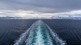 一艘游轮的苏醒通过挪威海 免版税库存照片