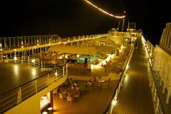 一艘游轮的顶面甲板在晚上 图库摄影