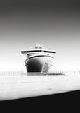 一艘游轮的黑白照片在口岸的 免版税库存照片
