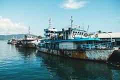 一艘生锈的老驳船在口岸停泊了 免版税库存图片