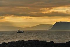 拖网渔船返回,苏格兰 库存图片