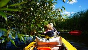 一艘皮船的一个孩子在河 家庭室外活动 股票录像