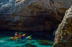 一艘皮船的资深皮艇由海、活跃水上运动和列伊 免版税图库摄影