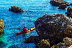 一艘皮船的资深皮艇由海、活跃水上运动和列伊 免版税库存图片
