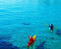 一艘皮船的资深皮艇由海、活跃水上运动和列伊 库存图片