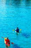一艘皮船的资深皮艇由海、活跃水上运动和列伊 图库摄影