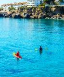一艘皮船的资深皮艇由海、活跃水上运动和列伊 免版税库存照片