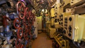 一艘真正的潜水艇的内部 Electrobrushes、管子和传感器 股票视频