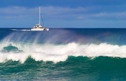 一艘筏在离考艾岛的附近海岸有大波浪的在foregr 库存照片