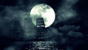 一艘老帆船夜中在满月背景的海洋