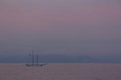 一艘老帆船的剪影夜 图库摄影