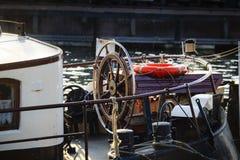 一艘老帆船的方向盘 库存照片
