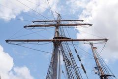 一艘老帆船的索具和帆柱反对蓝天wi的 免版税库存图片