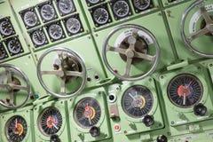 一艘老潜水艇的内部-命令室 库存图片