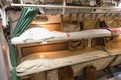 一艘老潜水艇的内部-床 免版税库存照片