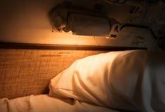 一艘老潜水艇的内部-床 库存图片