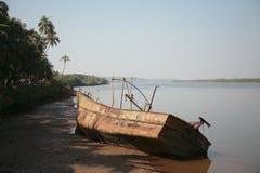 一艘老生锈的被放弃的船 库存图片