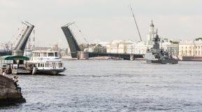 一艘船在内娃的水区域宫殿桥梁的 库存图片