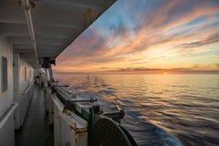 一艘船在日落的海 俄国海运白色 免版税库存照片