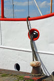 一艘船在有停泊绳索的船坞 免版税库存图片