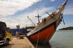 一艘船在港口, Sumenep, EastJava印度尼西亚 库存照片