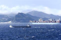 一艘船在风大浪急的海面 免版税库存照片