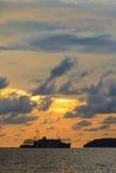 一艘船的剪影在日落的在婆罗洲 库存图片
