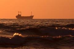 一艘船的剪影在日落的 塞浦路斯 库存照片