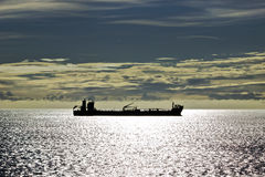 一艘船的剪影海上的 库存照片