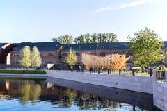 以一艘船的形式操场在新的荷兰的海岛上的新的娱乐中心在圣彼德堡 图库摄影