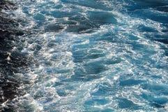 一艘船的苏醒在地中海的在晚夏晚上 免版税库存照片